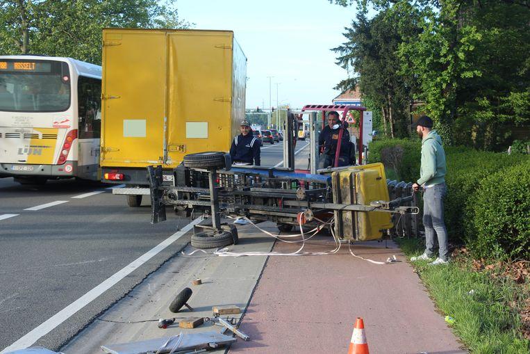 De verhuislift kantelde uiteindelijk op de busstrook en het fietspad