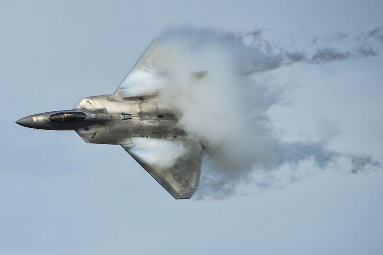 Een F-22 Raptor tijdens een oefenvlucht boven Florida. Het geavanceerde toestel wordt Amerika's dodelijkste gevechtsvliegtuig genoemd. Beeld US Air Force