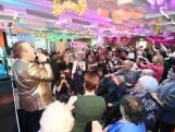 Hartverwarmend! Frans Bauer zingt ouderen toe tijdens kerstdiner