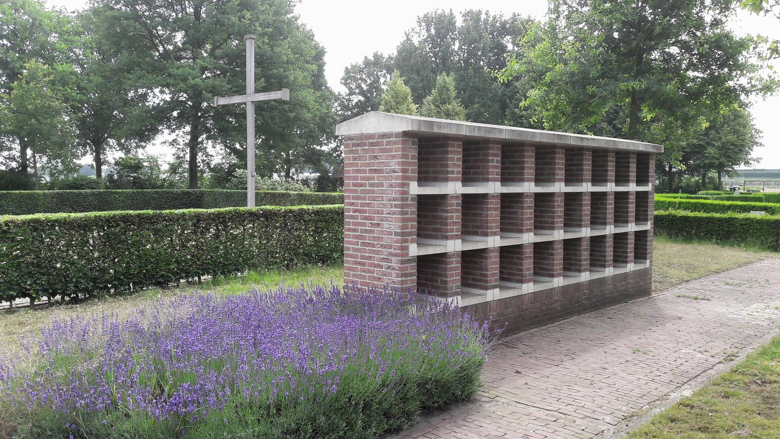 Een van de urnenmuren op begraafplaats Onsenoort in Nieuwkuijk.