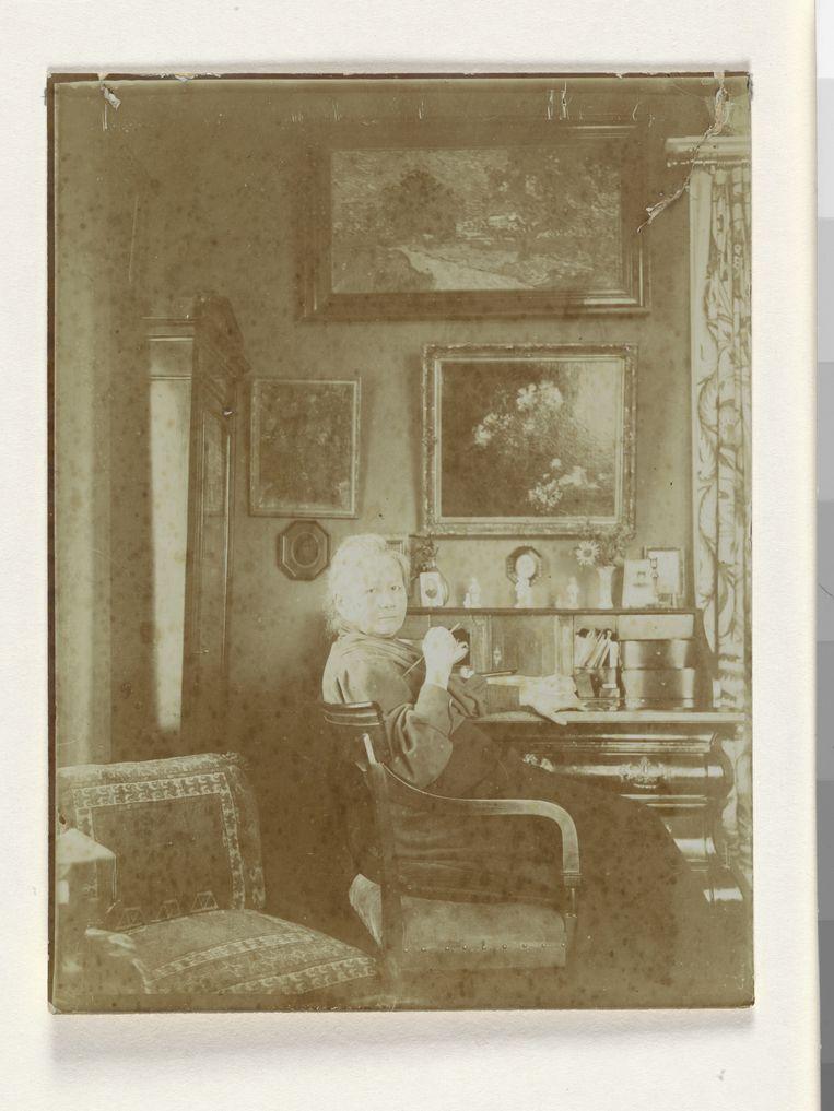 Jo van Gogh-Bonger aan haar secretaire in de zitkamer van het huis aan de Koninginneweg in Amsterdam, rond 1909.  Beeld Van Gogh Museum