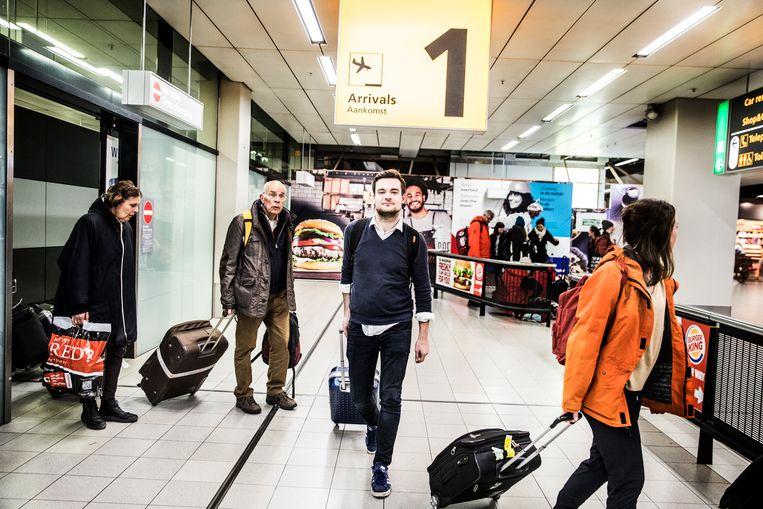 Dion Mebius / met de trein naar Barcelona en terug met het vliegtuig naar Amsterdam / Schiphol / Arrivals / Aankomst / Reiziger / vliegveld Beeld Aurélie Geurts