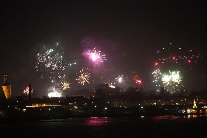 Bijvoorbeeld op de Waalbrug in Zaltbommel is het uitzicht op vuurwerk fantastisch.