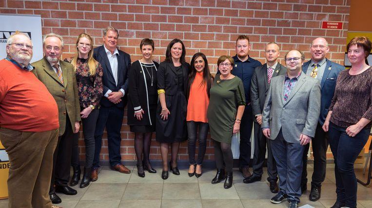 Kersvers voorzitter Sabine Wyns stelt nieuwe bestuursploeg N-VA Holsbeek voor.