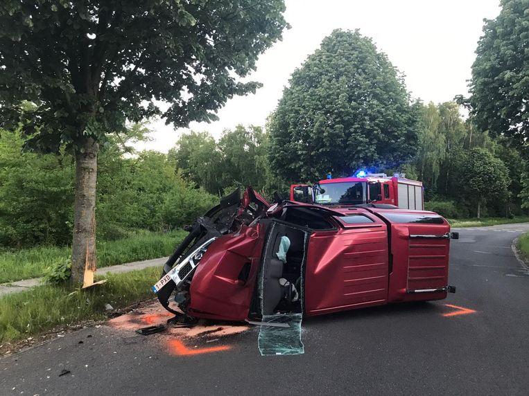 De terreinwagen schoof eerst de berm in en sloeg daar over de kop om tegen een boom tot stilstand te komen.