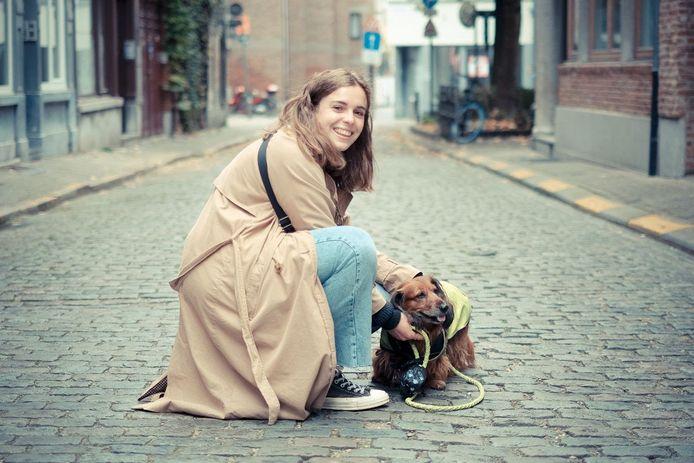Patsie Borgers. AAP-plusbaasje Marlies en hond Fientje. Studenten aan de Karel de Grote Hogeschool (KdG) kunnen zich sinds deze week inschrijven voor een wandeling met een hond om even hun gedachten te verzetten. Het is één van de acties die KdG op poten zet om de moed er bij haar studenten in te houden. De hogeschool werkt hiervoor samen met AAP vzw (Animal Assisted Projects).