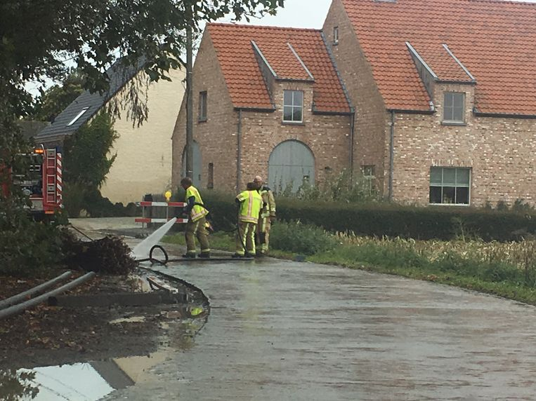 De brandweer spoot het wegdek schoon.