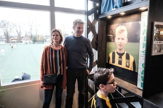 Saskia van den Heuvel en Dion Steenbergen bij het portret van hun zoon Tijmen in de kantine van MvR in 's-Heerenberg.