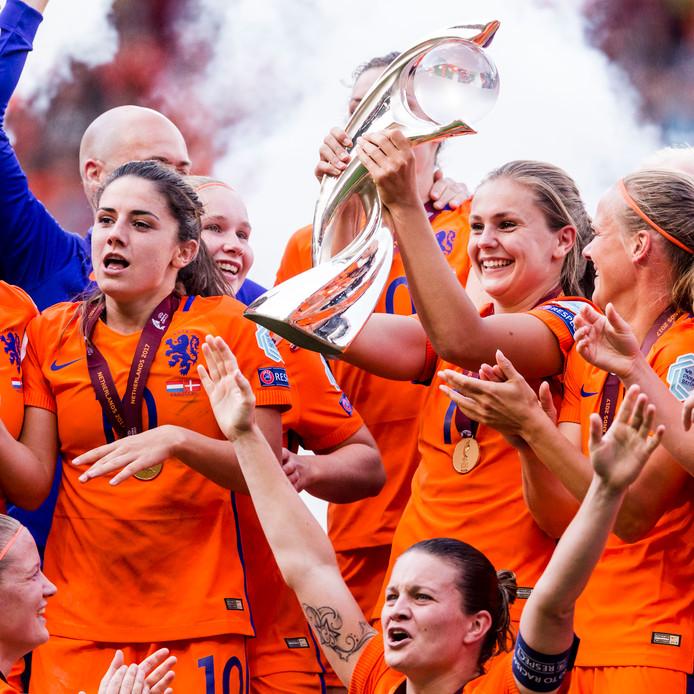 Lieke Martens (met beker) komt 5 oktober naar het Rat Verlegh Stadion.