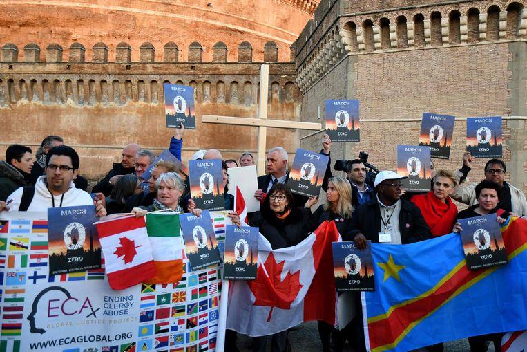 Leden van de Ending Clergy Abuse (ECA) protesteerden vandaag bij de Engelenburcht in Rome, op steenworp afstand van het Vaticaan. Beeld AFP
