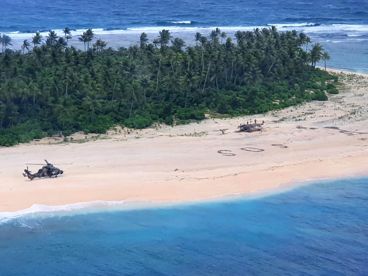 De mannen schreven reuzegroot 'SOS' in het zand.