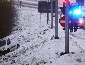 Auto slipt op afrit A19 en schuift de dieperik in: geen gewonden
