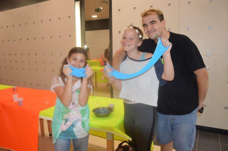 De deelnemers hebben plezier met slijm maken.