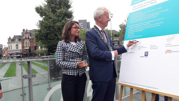 Burgemeester Noordanus tekent het manifest, nadat bestuursvoorzitter Chantal Vergouw van Interpolis hem is voorgegaan.