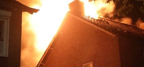 Huis vliegt in brand door blikseminslag in Oss: 'Ik zie dat vuur nog op me vallen'
