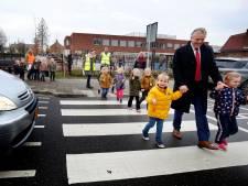Basisschoolkinderen Ameide kunnen weer veilig oversteken: 'Steek je duimpje op'