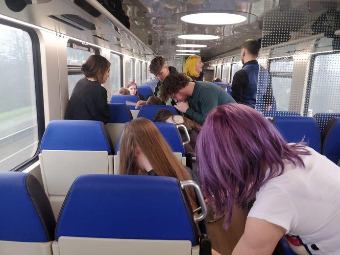 De kappers aan het knippen in de trein.