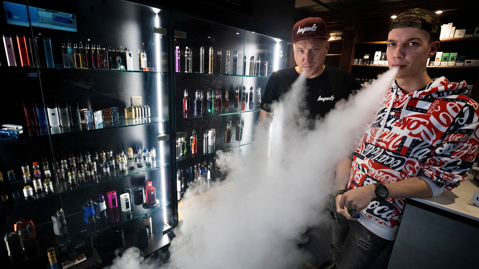 Marco Sanders (links) en Stan Louwers in de Impuls Vapeshop in Eindhoven.