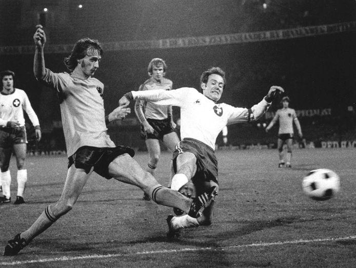 1974: Rob Rensenbrink in actie tegen Zwitserland.