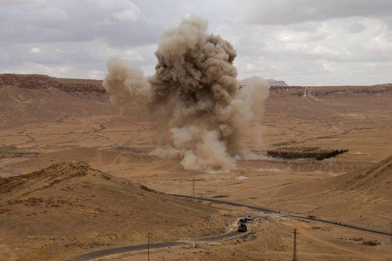 Beelden van gecontroleerde ontploffingen van mijnen door de Russische experts bij Palmyra.