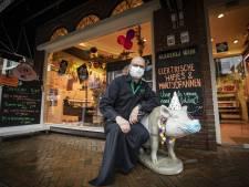 Slager Wim uit Tubbergen bezorgt vlees thuis en neemt alle tijd voor babbeltje: 'Klanten missen ook sociale contact'