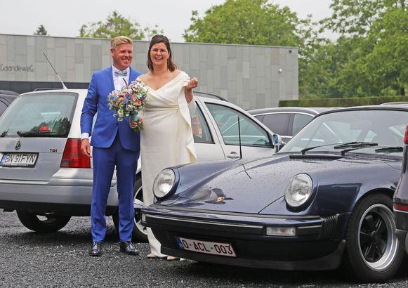Julie en Jimmy kwamen op het gemeentehuis aan in een Porsche oldtimer.