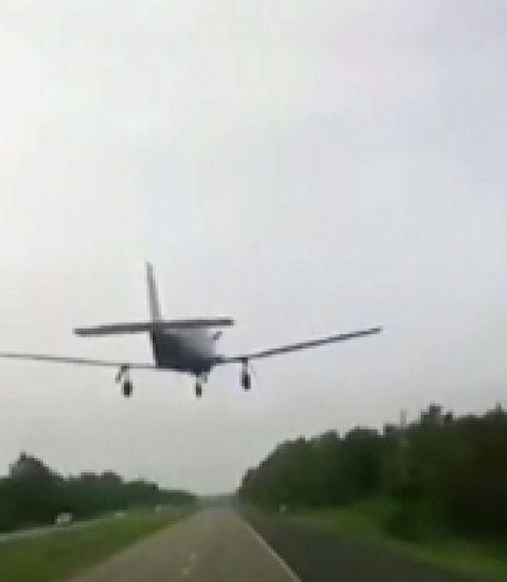 Un avion atterrit devant un conducteur sur l'autoroute