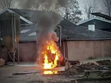 Shovel op boerenerf in Geesteren vat vlam en brand volledig uit