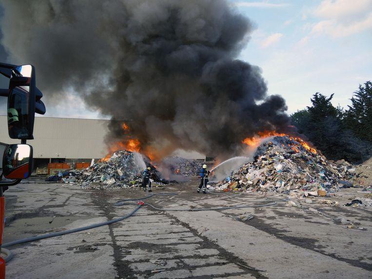 De brandweer was uren bezig met het blussen van het vuur.