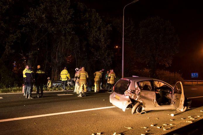 De achtervolging leidde tot een crash. Op de voorgrond een auto die tijdens de achtervolging werd aangereden, in de bosjes de achtervolgde auto.