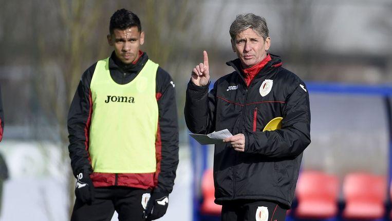De Camargo luistert aandachtig naar de aanwijzingen van zijn nieuwe coach.
