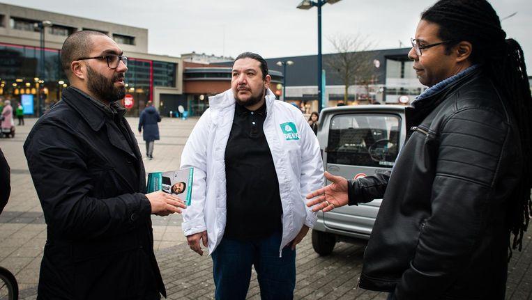 Mourad Taimounti van Denk voert campagne op het Osdorpplein Beeld Mats van Soolingen