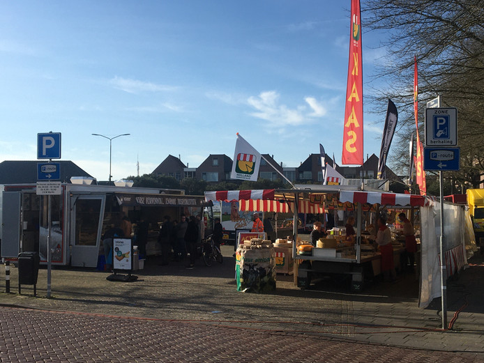 Bij de viskraam op de Osse markt is het druk. Klanten houden wel wat meer afstand van elkaar.