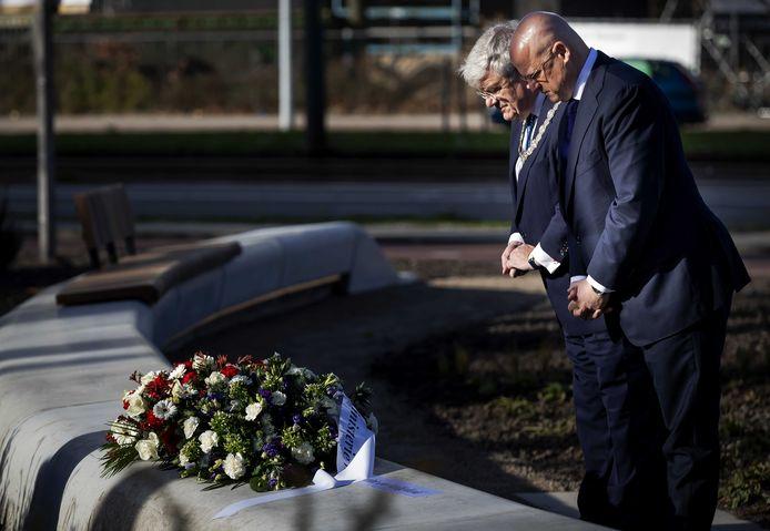 Burgemeester Jan van Zanen en minister Ferdinand Grapperhaus van Justitie en Veiligheid leggen bloemen neer op het 24 Oktoberplein.