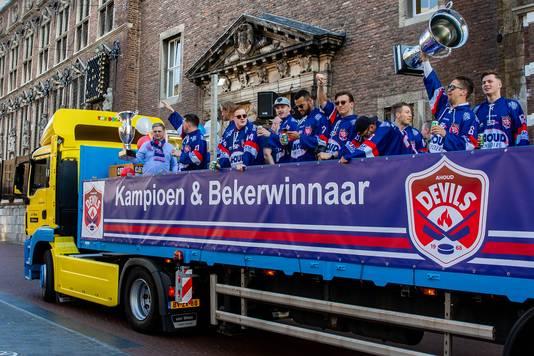 Selectie en begeleiding van Devils op de platte kar naar het gemeentehuis in Nijmegen, als landskampioen en bekerwinnaar.