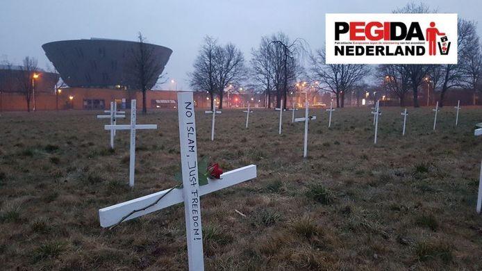 Op de plek waar de nieuwe moskee moet komen, heeft Pegida kruizen geplaatst.