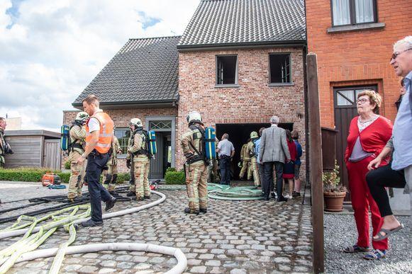 De brandweer kon beletten, dat het vuur uitbreidde naar de rest van de woning.