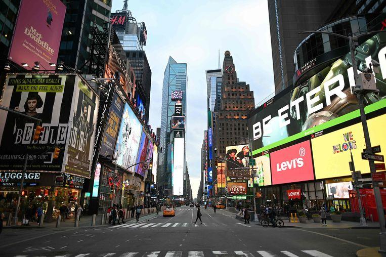 Op Times Square in Manhattan (New York City) fonkelen de reclameschermen als normaal, maar is er amper een ziel te bekennen.