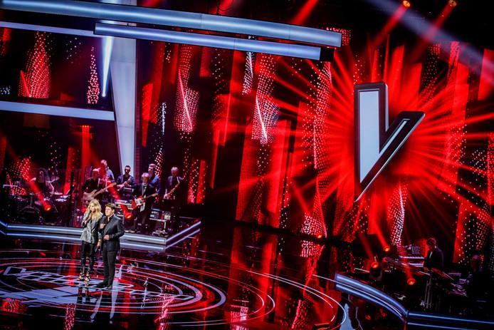 Wendy van Dijk en Martijn Krabbé tijdens de eerste liveshow van The Voice of Holland.