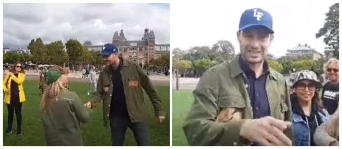 Rapper Lange Frans (39) was zondag in Amsterdam een prominente aanwezige op een demonstratie tegen de Nederlandse coronamaatregelen.