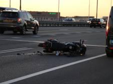 Motorrijder geschept door bestelbusje op A12