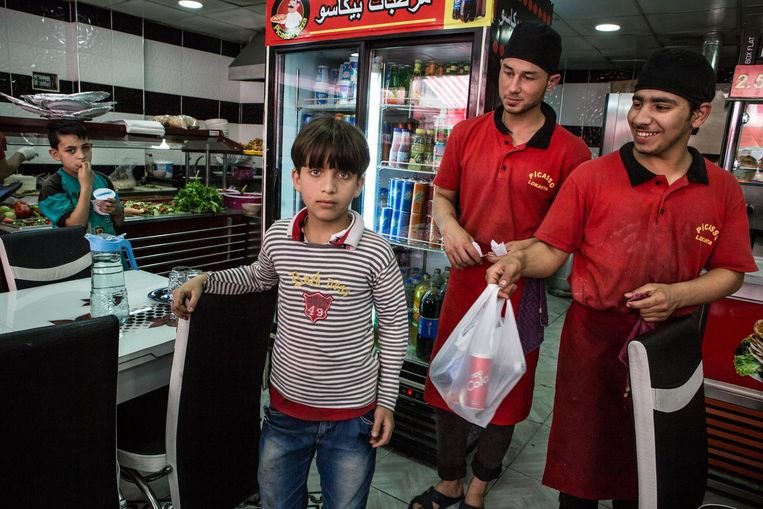 Drukte in de Syrische pizzeria Picasso in Gaziantep. Beeld Cigdem Yuksel