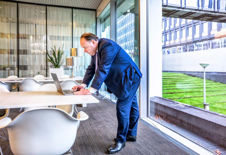 Henk Otten bekijkt zijn e-mails in het provinciehuis van Zuid-Holland, daags na de overwinning van FvD bij de provincialestatenverkiezingen op 20 maart.  Beeld Foto Raymond Rutting / de Volkskrant