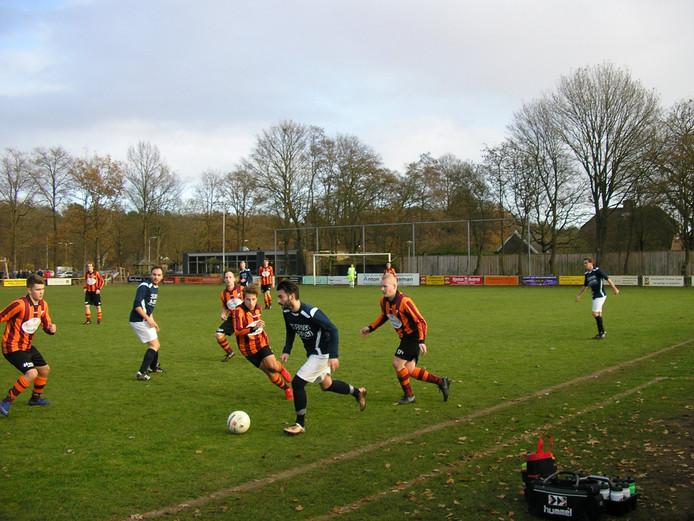 Almir Fizovic schermt de bal af omringd door FC Zutphen-tegenstanders.