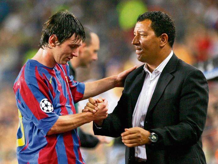 Ook Lionel Messi (links) kon zijn eerste wedstrijd in de Champions League niet winnen. (rechts Henk ten Cate)