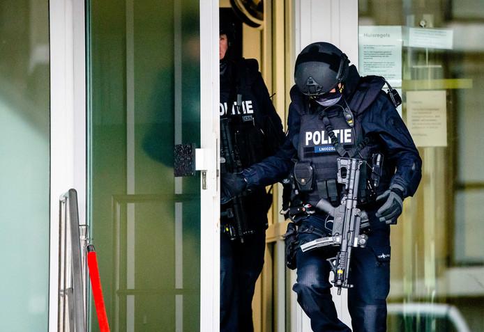 Zwaarbewapende beveiliging bij de bunker in Amsterdam-Osdorp donderdag.