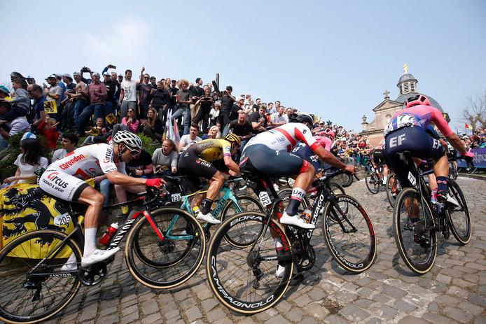 Renners op de Kapelmuur tijdens de Ronde van Vlaanderen.