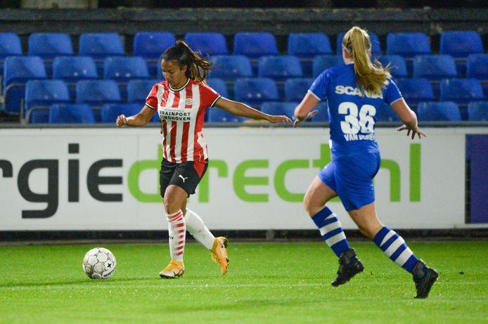 PSV-PEC Zwolle met Naomi Pattiwael aan de bal.