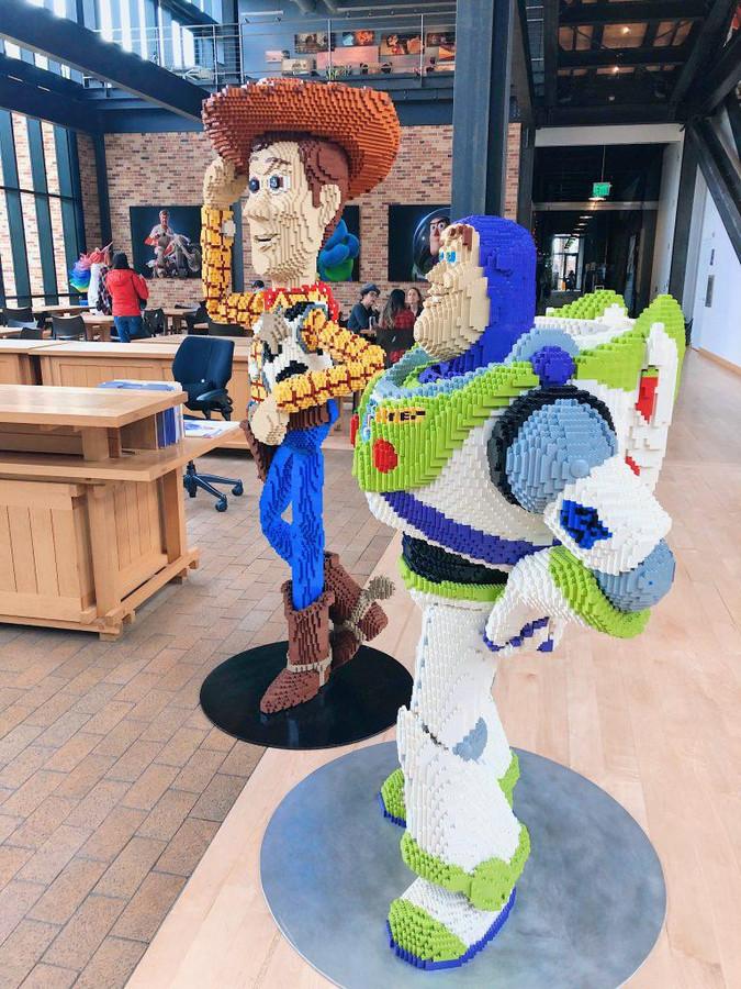 Dans l'accueil chez Pixar, Woody et Buzz l'éclair saluent les visiteurs.