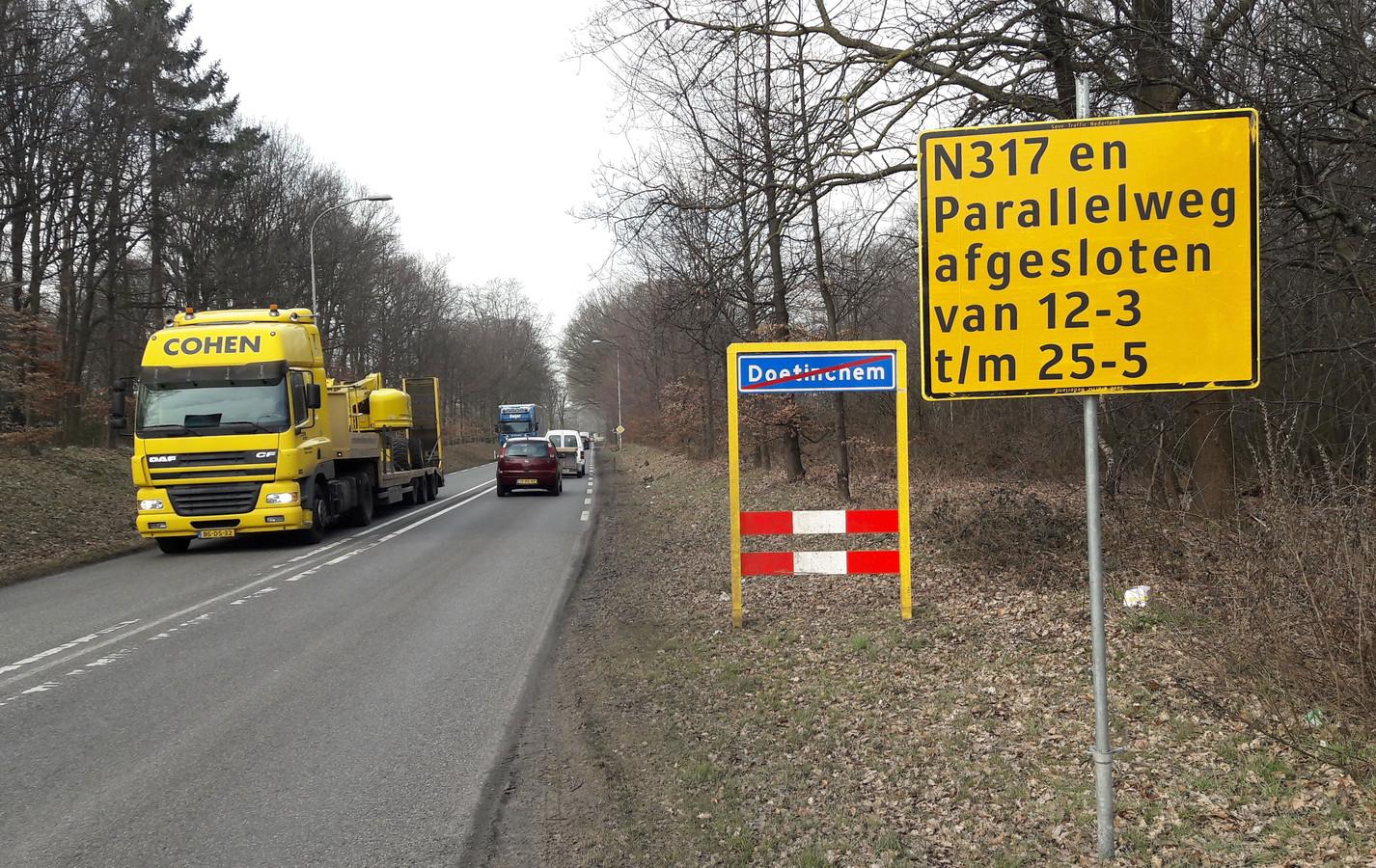 Het bord dat het wegwerk op de Keppelseweg (N317) tussen Doetinchem en Langerak aankondigt.
